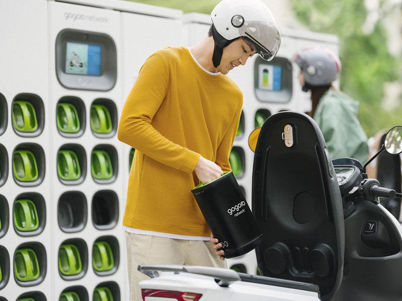Gogoro-red-intercambio-baterias-hombre