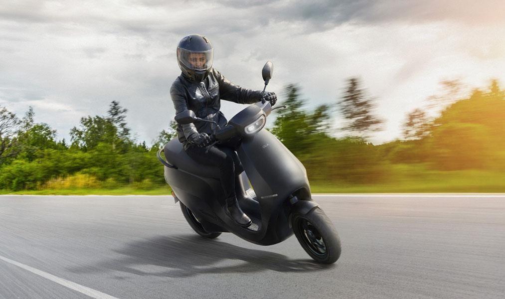 Ola-Electric-scooter-electrica-S1_conduciendo