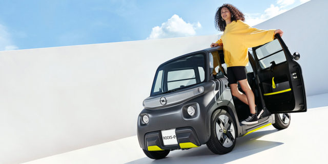 Opel-Rocks-e_mujer