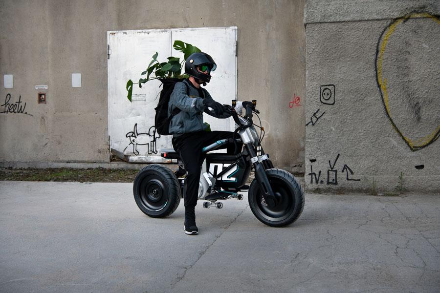 BMW-Concept-CE-02_hombre