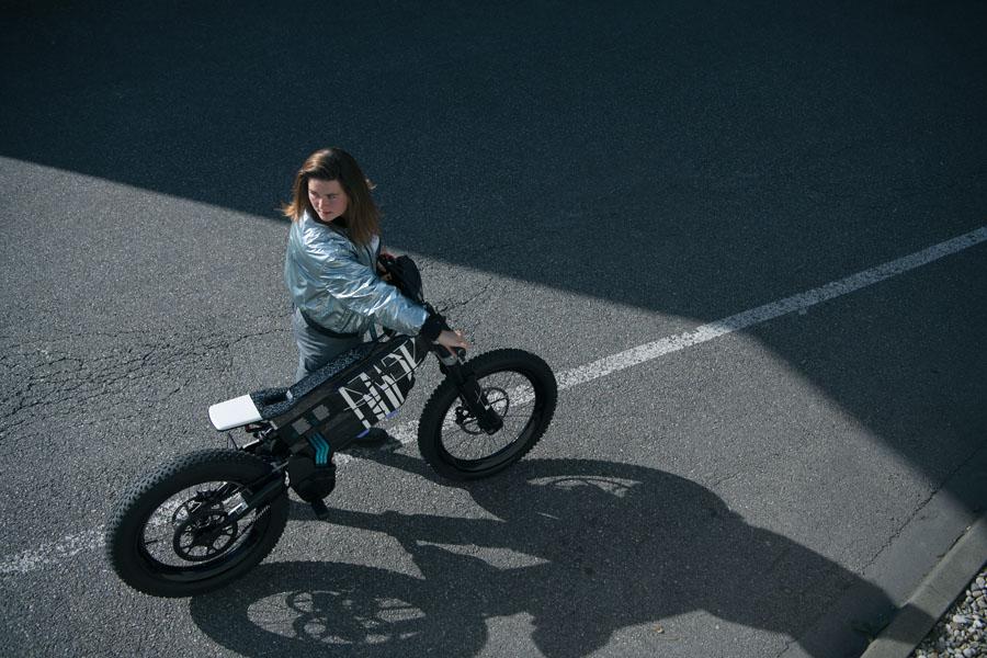 BMW-Vision-AMBY_concept-ciclomotor-electrico_arriba-mujer