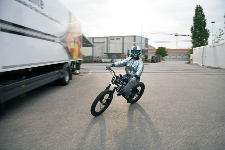 BMW-Vision-AMBY_concept-ciclomotor-electrico_movimiento-1