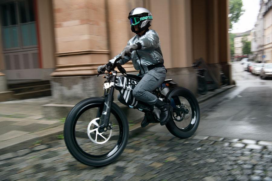 BMW-Vision-AMBY_concept-ciclomotor-electrico_movimiento-2