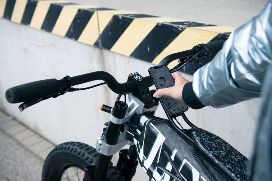 BMW-Vision-AMBY_concept-ciclomotor-electrico_smartphone