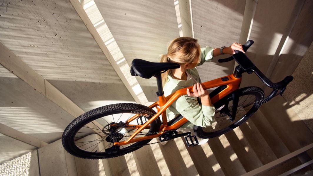 Cyklær_nueva-marca-bicicletas-electricas-Porsche-Digital_Storck_carga-escaleras
