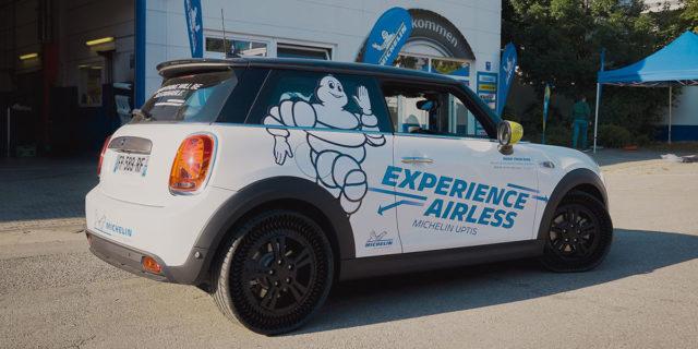 Neumaticos-Michelin-Uptis-sin-aire_prueba-Mini-Electric_IAA-Mobility-2021