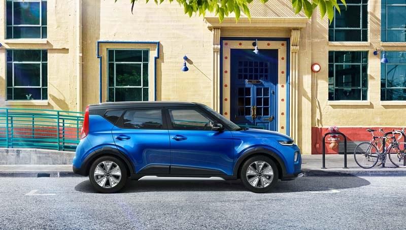 kia-soul-azul-lateral-derecho-aparcado