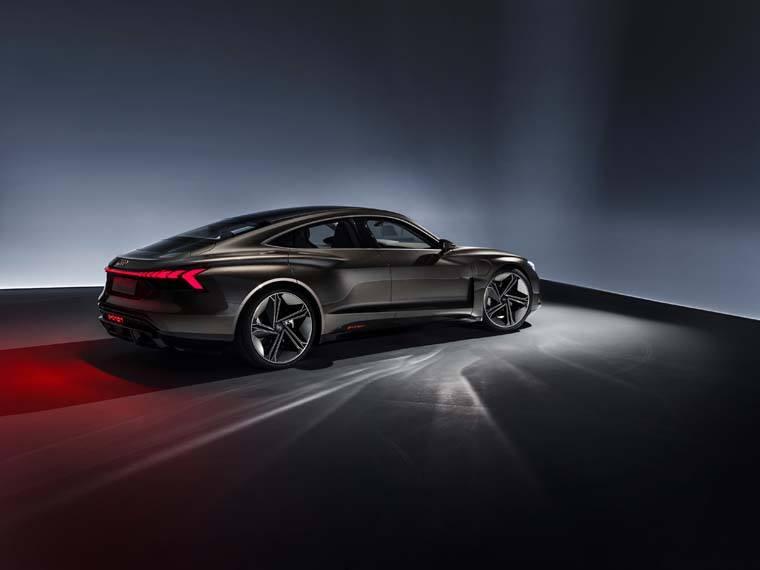 Audi-GT_e-tron-Concept_gris-fondonegro-lateral01