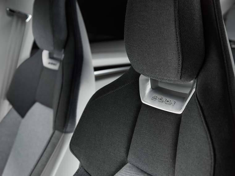 Audi-GT_e-tron-Concept_gris-luces-interior-asientoreposacabezas
