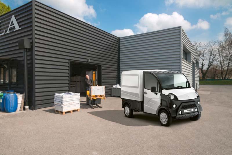Aixam-PRO_e-truck-electrico-operario-cargando