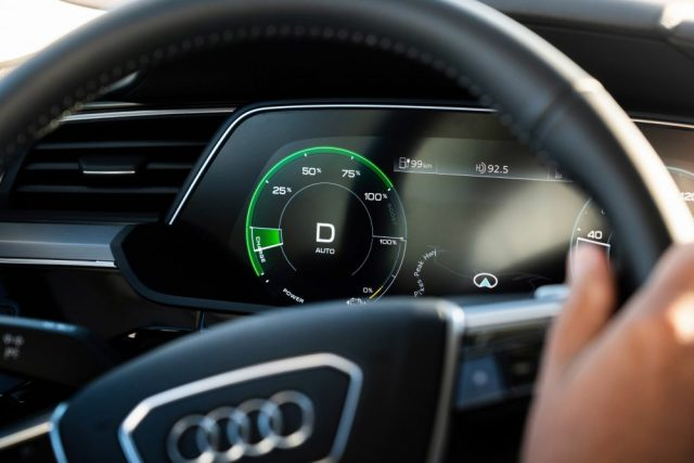 Audi e-tron en una prueba de frenada regenerativa