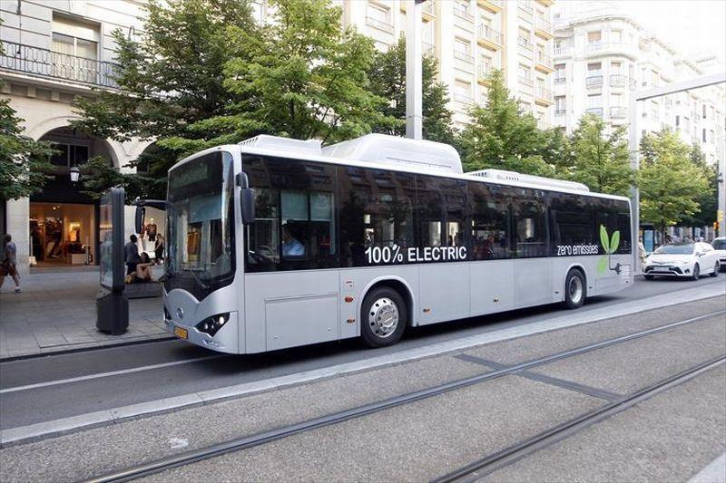 Imagen del autobús eléctrico circulando por Zaragoza