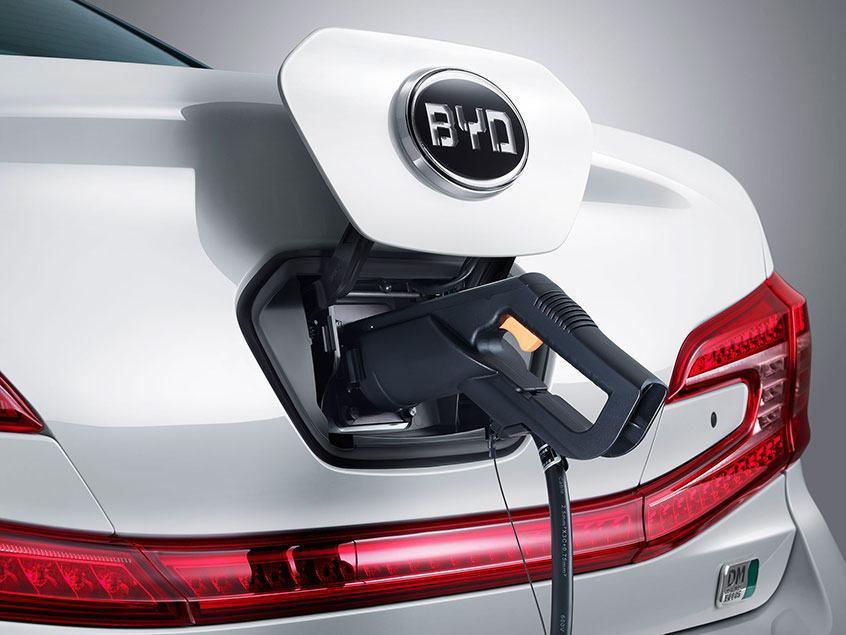 BYD-E6-cargando-puerto-carga