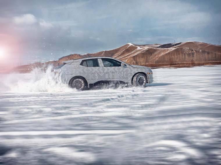 Byton-M_Byte-SUV-electrico-pruebas-invierno-mongolia-interior-China_nieve-lateral