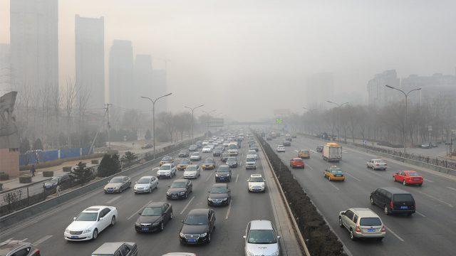 Imagen de una ciudad con alto grado de contaminación por los coches de combustión (diésel y gasolina)