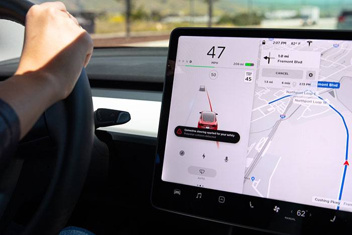 Imagen de corrección de carril de emergencia en un Tesla Model 3