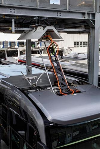 Foto del pantografo de los buses eléctricos cargando