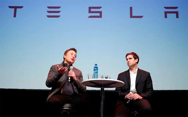 Foto donde aparecen los fundadores de Tesla, Elon Musk y JB Straubel en una charla sobre Tesla