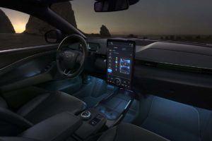 Interior iluminado del Ford Mustang Mach E