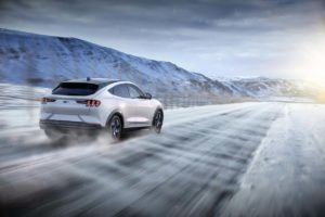 Ford Mustang Mach E en la nieve