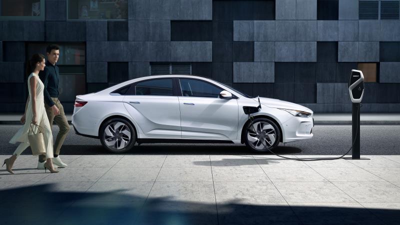 Geometry-A-nueva-marca-VE-geely-sedan-deportivo-lateral-aparcado-carga