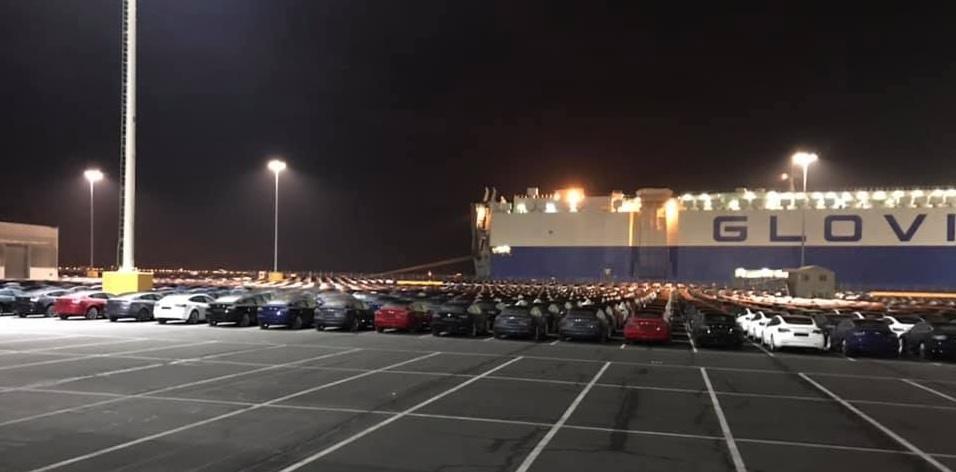 Barco Glovis Captain que lleva los Tesla Model 3 a Europa