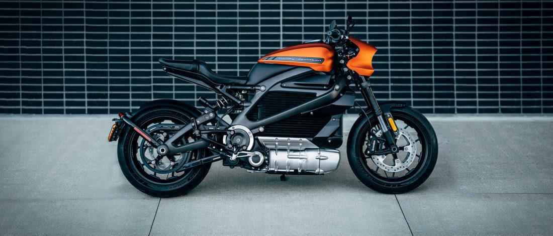 moto-electrica-Harley-Davidson-Livewire-color-naranja-aparcada