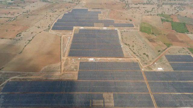 Imagen aérea de la instalación fotovoltaica más grande del mundo, situada en la India