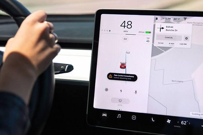 Imagen de la opción de Mantenimiento de carril en un Tesla Model 3