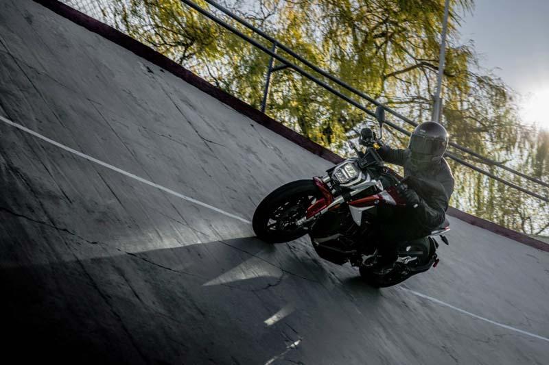 Motocicleta-electrica-ZERO-SR_F_conduccion2