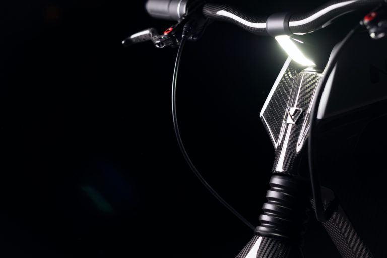 Novus_motocicleta-electrica-presentada-CES_2019-manillar-faros-LED