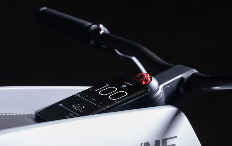 Novus_motocicleta-electrica-presentada-CES_2019-panel-instrumentos-smartphone