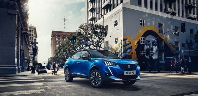 Peugeot-e_2008-suv-color-azul-lateral-frontal