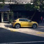 Peugeot-208-color-ocre-aparcado-calle