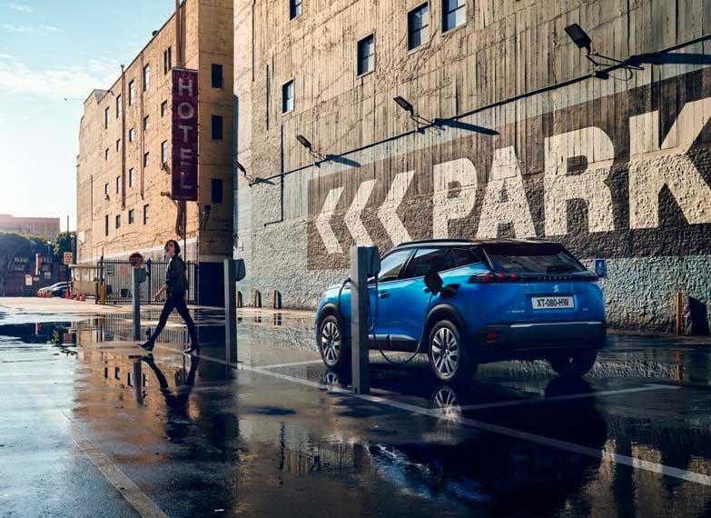 Peugeot-e_2008-suv-color-azul-cargando