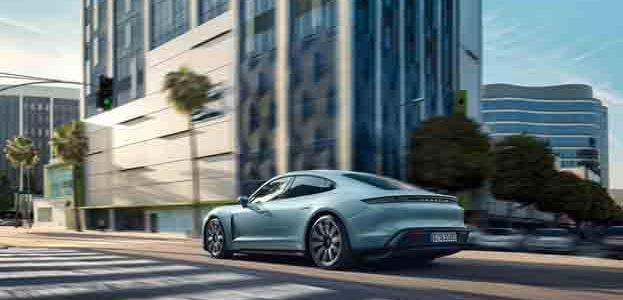 Porsche-Taycan-4S_movimiento-trasera