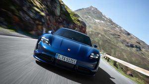 Foto del Porsche Taycan azul en carretera