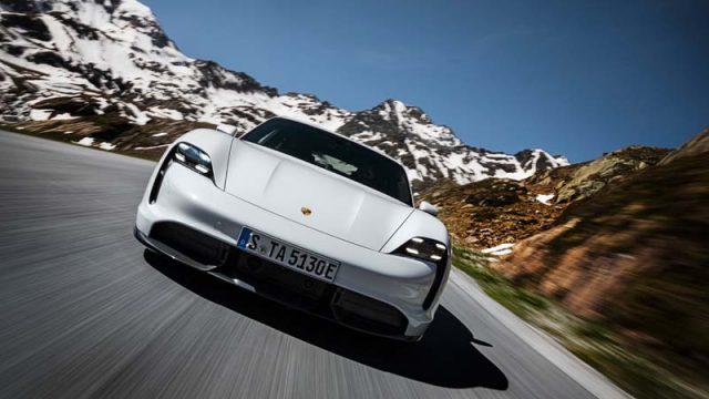 Foto del Porsche Taycan en la montaña
