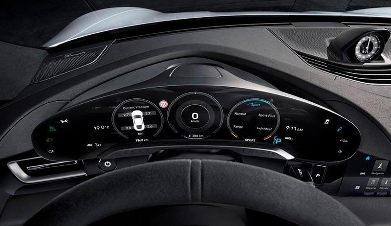 Detalle del cuadro de instrumentos del Porsche Taycan
