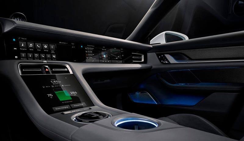 Interior del Porsche Taycan, detalles de las pantallas centrales, multimedia y del acompañante