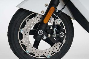 Scooter-electrica_NEXT-NX1_color-blanco-frenos-disco-delanteros