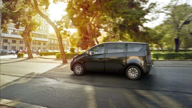 Sono-Motors-Sion-coche-electrico-solar-presentada-version-producción_lateral-entorno-urbano