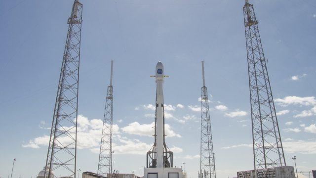 Imagen del Falcon 9 y el Hispasat 30W-6 listo para el lanzamiento