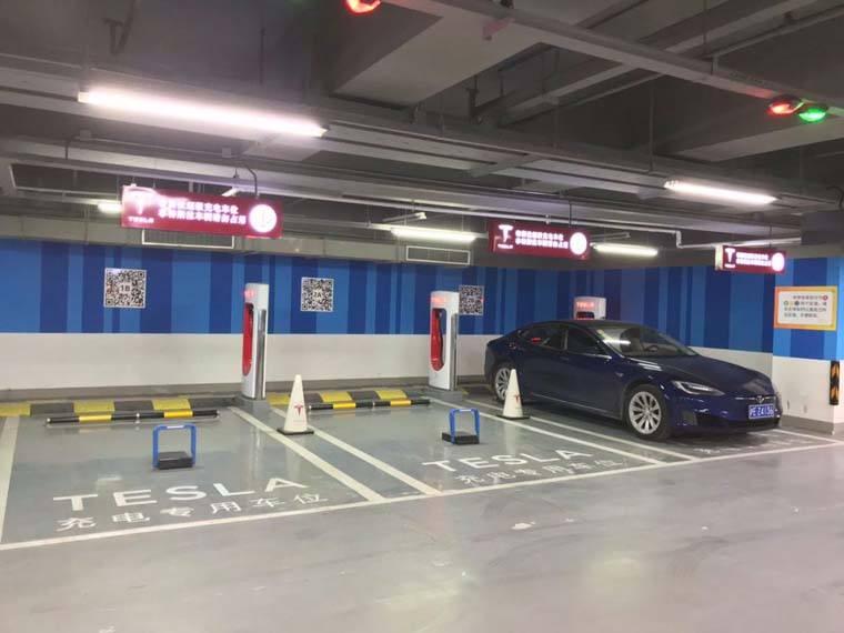 Tesla-Supercharger-sistema-codigo-QR-evitar-aparcamientos-coches-combustion
