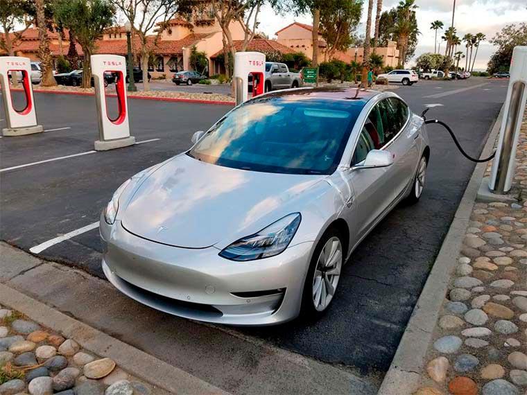 Imagen del Tesla Model 3 en rojo