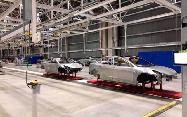 Tesla Model 3 en la cadena de montaje de la Gigafactory 3 de Tesla