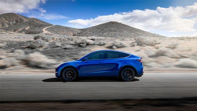 Foto lateral del Tesla Model Y de color azul