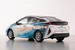 Toyota-prius-PHV-tecnologia-solar-sharp-nedo_trasera-izq