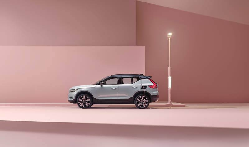 Volvo-XC40-Recharge_cargando-lateral