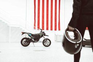 Zero-Motorcycles-FXS-2020-lateral-casco-persona